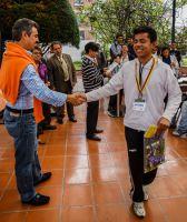 El director del Festival, Jorge Enrique Molina, felicita a uno de los satifechos ganadores.