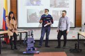Estudiantes de Ing. Mecánica de la UC presentando la silla de sedestación pediátrica.