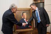 Fernando S&aacutenchez entrega al presidente un retrato de su autor&iacutea