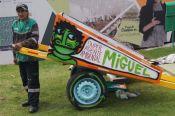 Miguel Grosso junto a su carreta decorada por Thiago Mundano